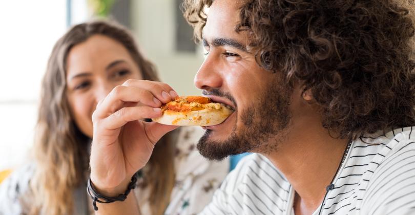 Brasileiro não resistindo à uma pizza - sem novidades. Como Aumentar as Vendas da sua Pizzaria em Plena Crise