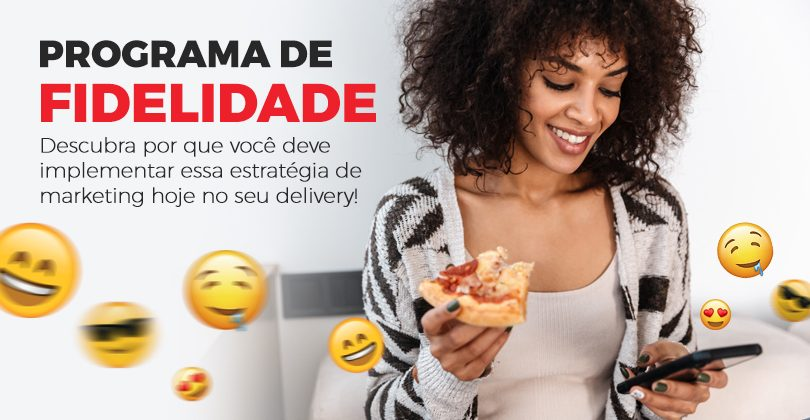 Mulher negra feliz comendo pizza e mexendo no celular, com emojis saindo pela tela.