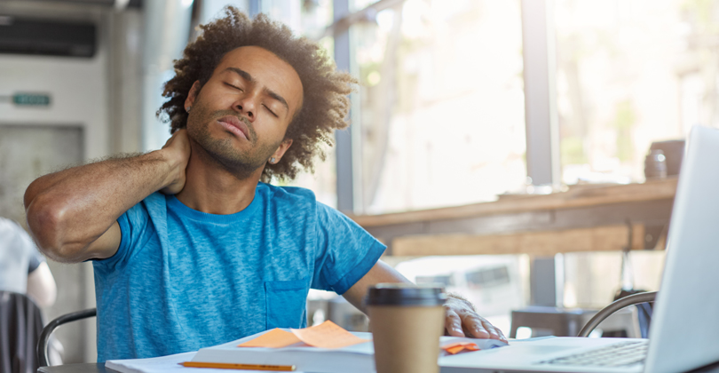 Jovem empreendedor  negro vestindo uma camiseta azul, preocupado com a gestão ineficiente do seu delivery