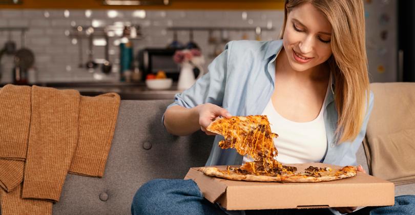 Mulher abrindo a exceção na dieta para aquela deliciosa pizza