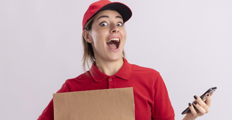 Entregadora feliz porque o cliente confirmou o pagamento com PIX e ela não precisa dar troco