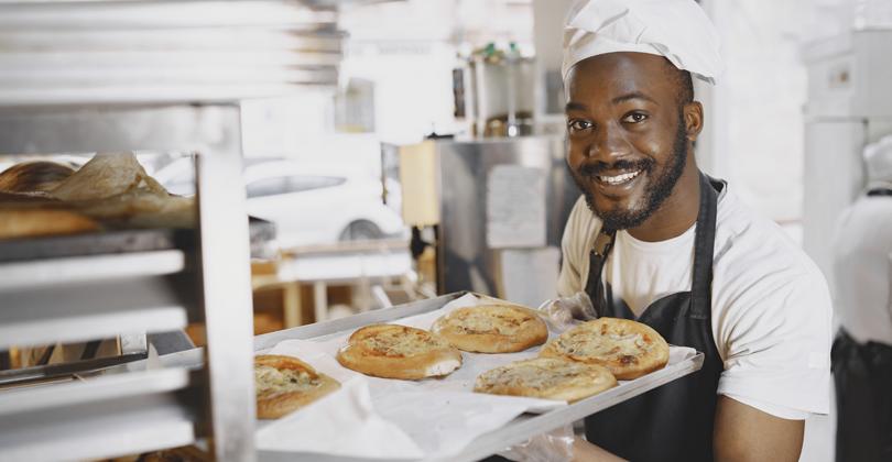 Jovem empreendedor negro com suas esfihas prontas