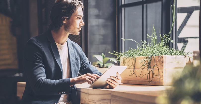 Jovem Empreendedor analisando se abrir um delivery é pra ele
