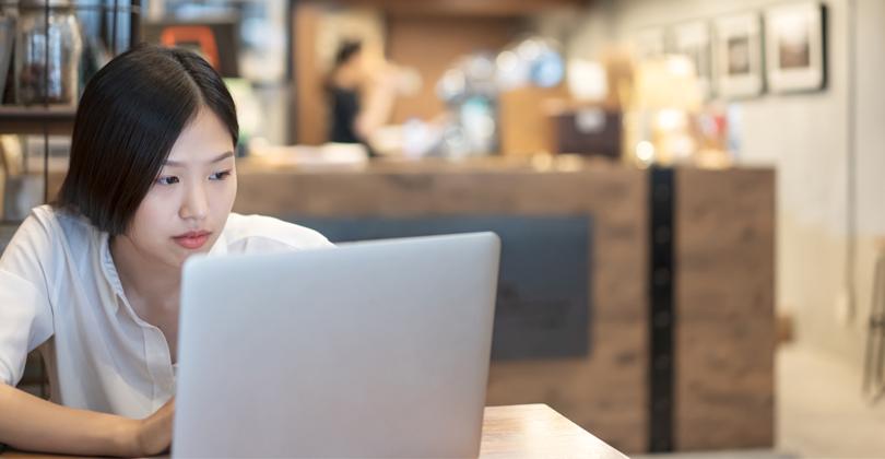 Empresária analisando como pode utilizar os dados para seu delivery vender mais